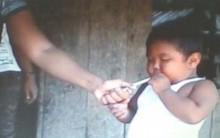 Na indonésia um Menino de Dois anos é Fumante