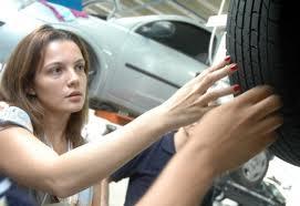 mulher verificando roda