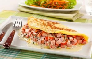 01. Omelete de Salsicha com Queijo e Salsa