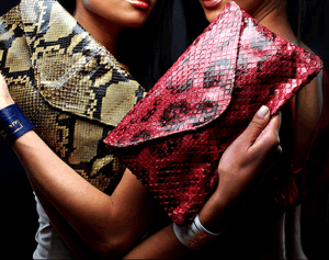 carteiras com estampas de cobra
