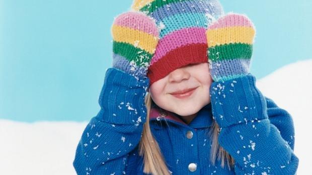 crianca-la-roupa-touca-frio