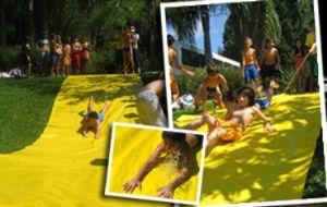 crianças-se-divertindo-no-acampamento