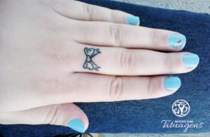 tattoo laço no dedo