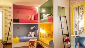 desenhados-pela-arquiteta-como-nichos-coloridos-os-beliches-do-quarto-da-bagunca-idealizado-pela-arquiteta-camila-rosa-para-uma-casa-de-veraneio-atendem-as-filhas-e-convidadas-1372787677465_1920x1080