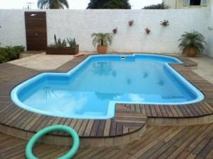 piscinas-de-fibra-com-deck-de-madeira-3
