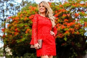 Marina-Casemiro-look-da-noite-vestido-manga-longa-renda-guipir-vermelho-clutch-bordada-scarpin-dourado-analoren-ecommerce-black-friday-17